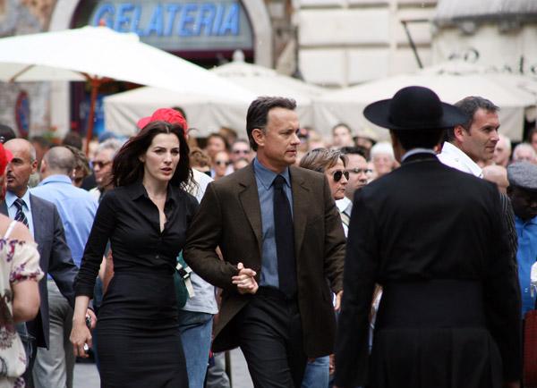 Tom Hanks & Ayelet Zurer walk the streets of Rome...