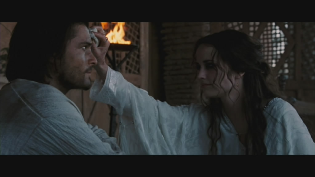 Sibylla (Eva Green) washes Balian clean from battle. Grubby twit.