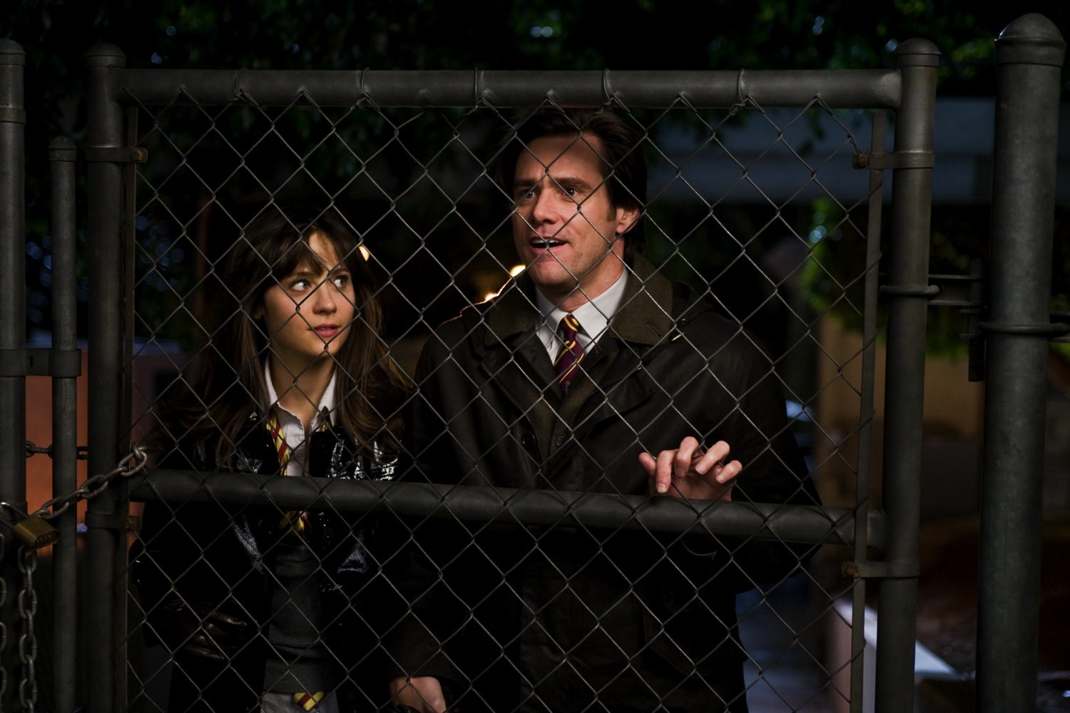 Zooey Deschanel & Jim Carrey get cosy in the dark.