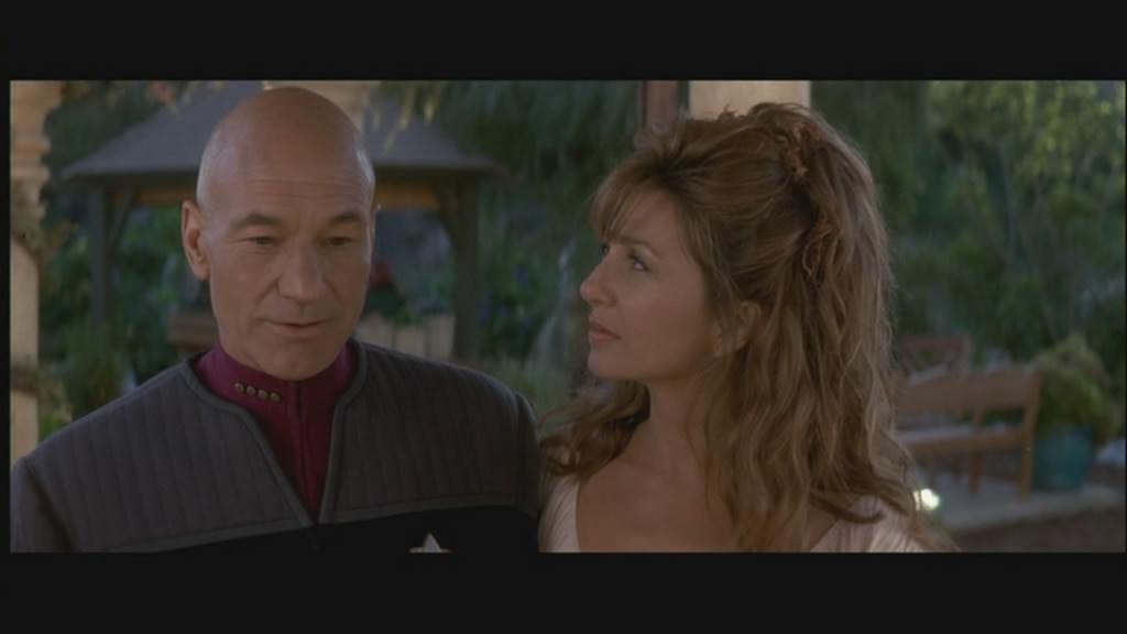 Picard woos a woman.... oooooooo!!!!