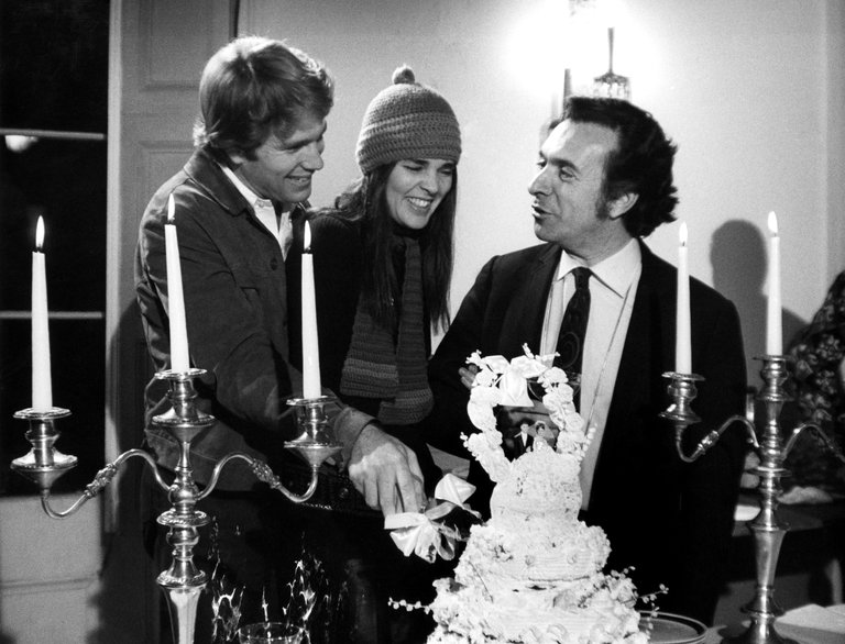 Ryan O'Neal (L) and Ali McGraw (C) on the set of Love Story (1970) with director Arthur Hiller (R)